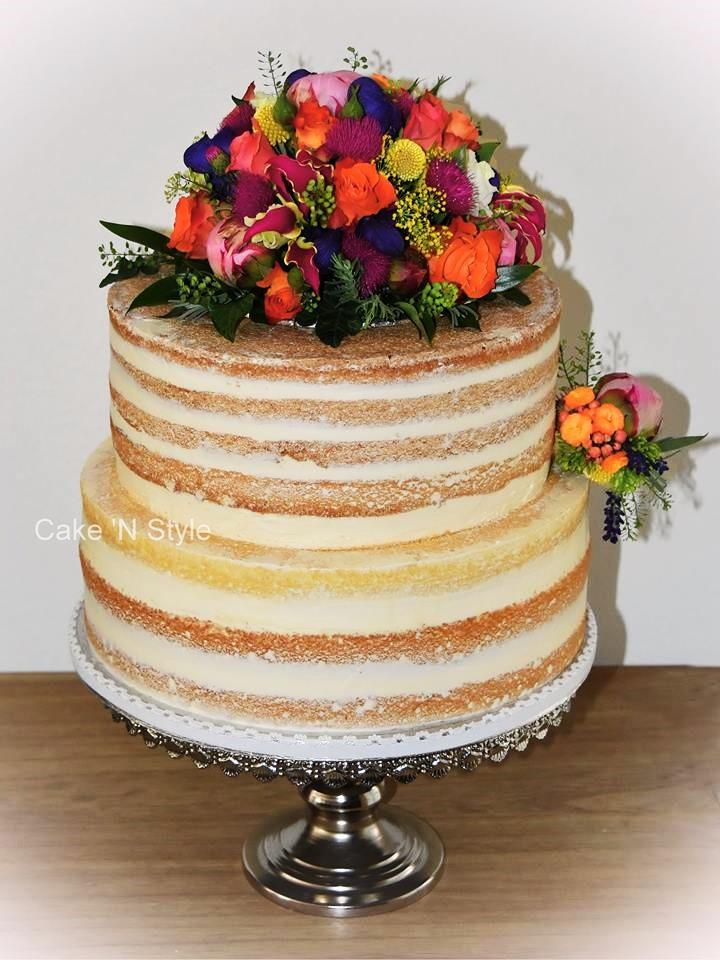 Bruidstaart met bloemversiering (2).jpg